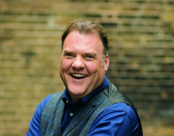 Bass-baritone Bryn Terfel comes to his Budapest concert with a rugby shirt and some honey